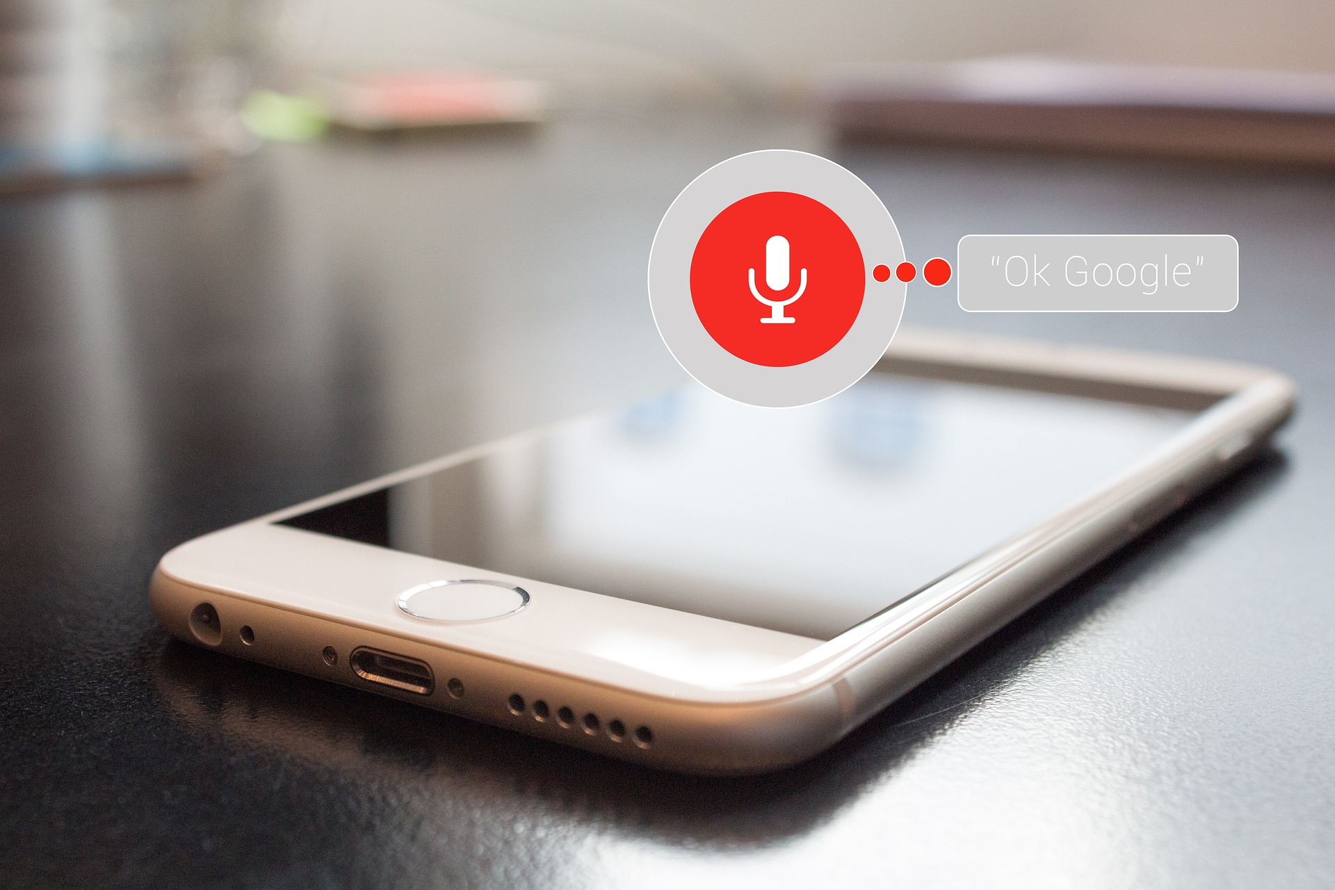 Telefon az asztalon Google asszisztens alkalmazással