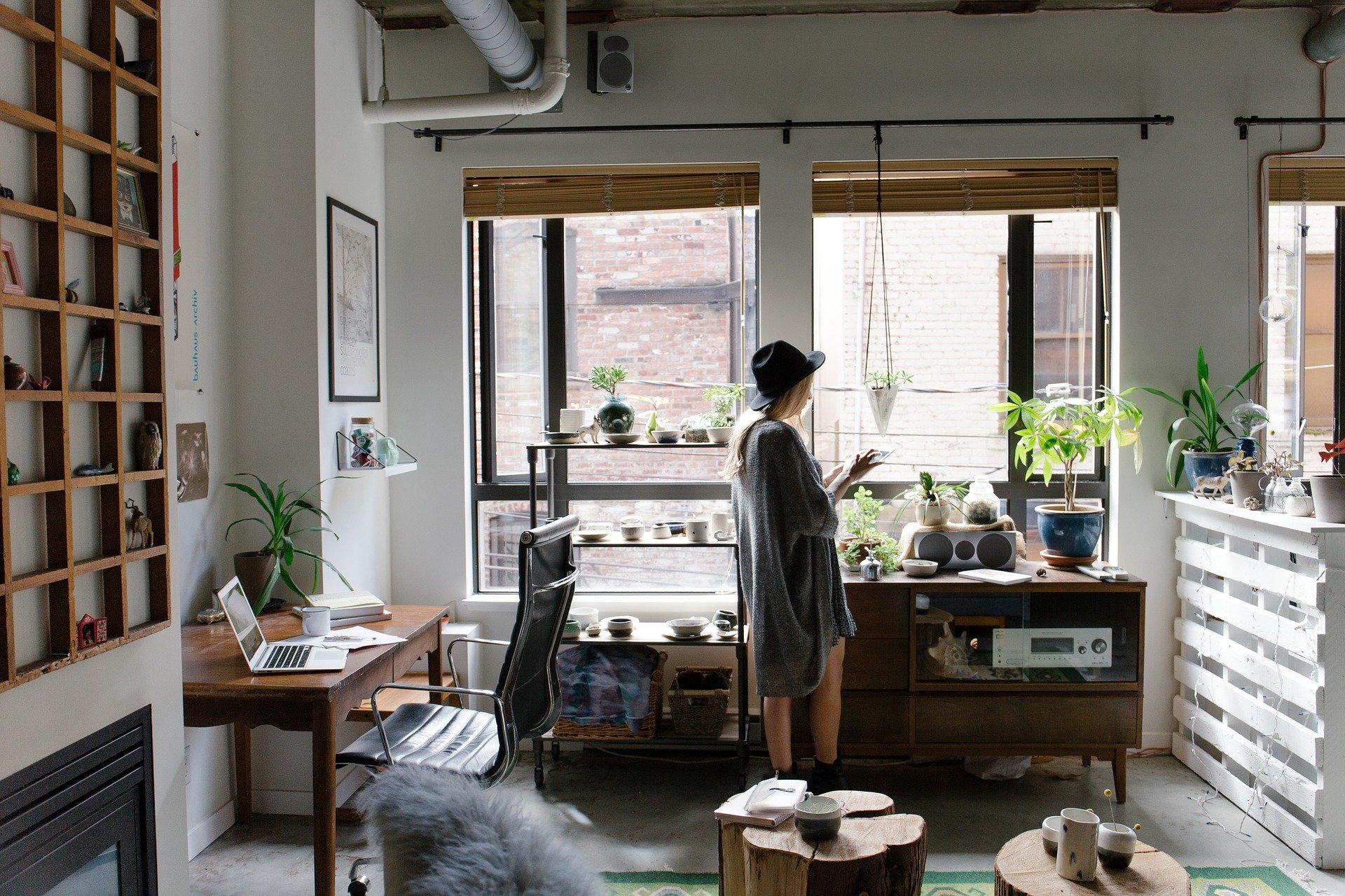 Lány otthoni munkavégzés közben