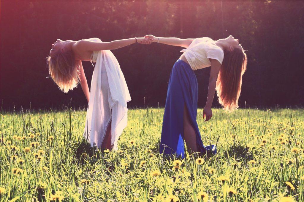 Két lány egymásnak feszülve, kiegyensúlyozva egymást